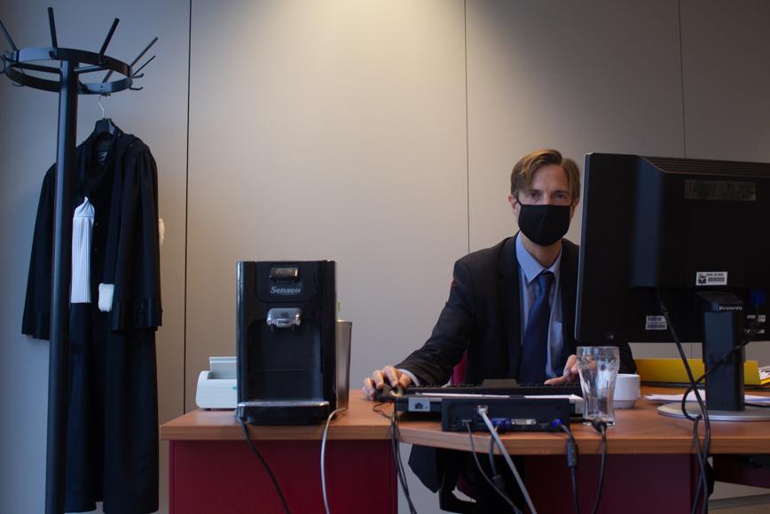 Pierre-Yves de Harven qui travaille dans son bureau et regarde la caméra