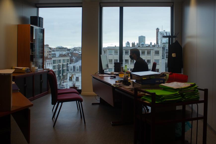 Pierre-Yves de Harven qui travaille dans son bureau, face au paysage bruxellois