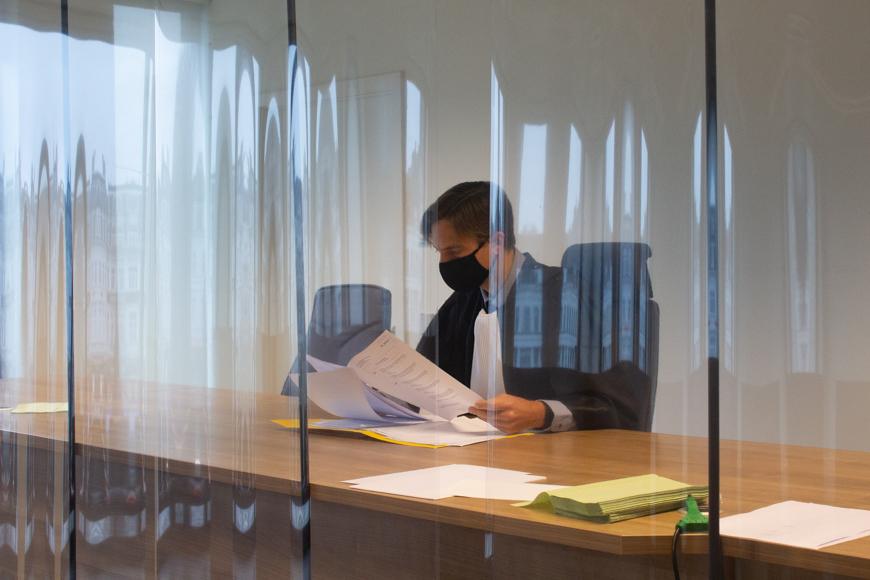 Pierre-Yves de Harven travaillant dans la salle d'audience