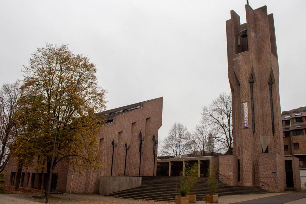 église de Louvain-La-Neuve, avec son clocher et ses briques apparentes