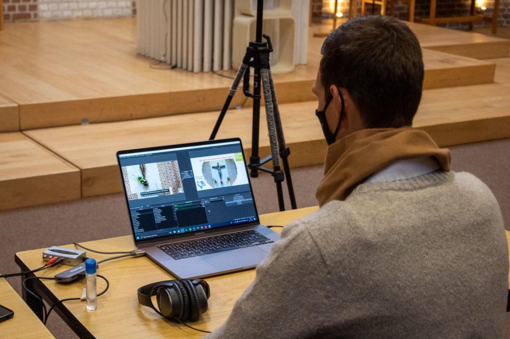 technicien devant OBS Studio, le logiciel utilisé pour diffuser la messe sur Facebook