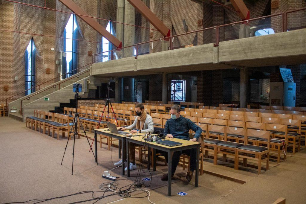 techniciens rediffusant la messe sur facebook, avec une régie de fortune