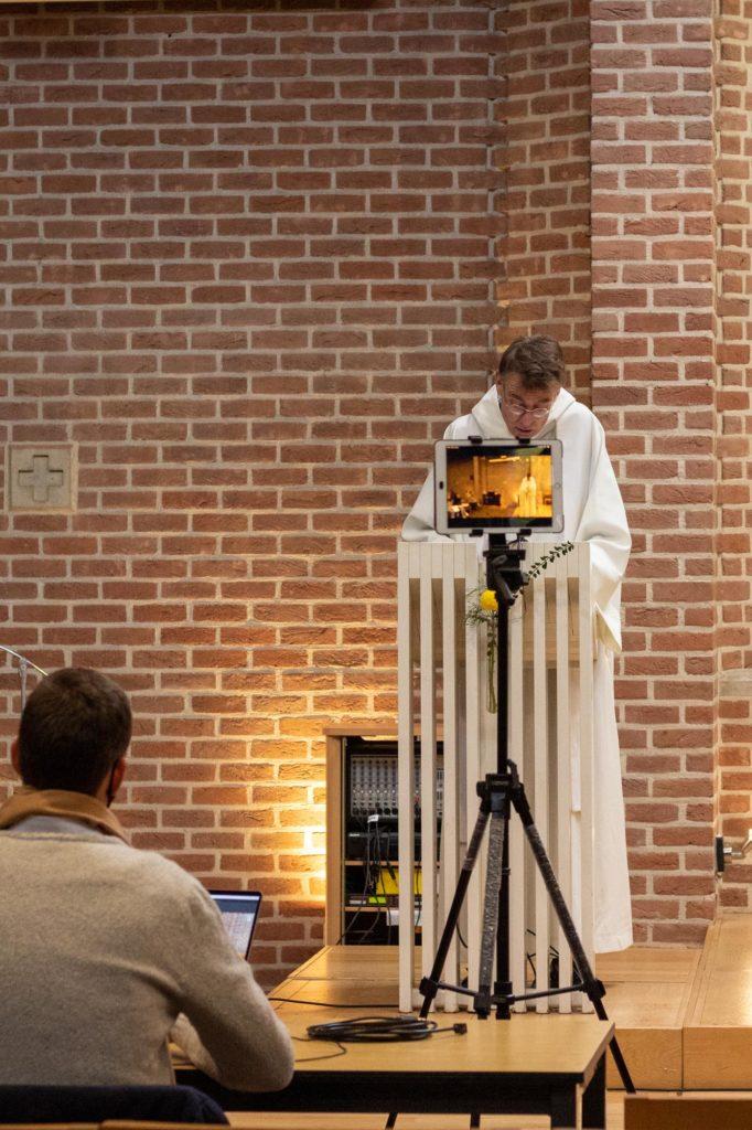 Pendant la messe, le prêtre, père sébastien, faisant l'homélie devant la caméra de l'ipad, qui est retransmise en direct sur Facebook