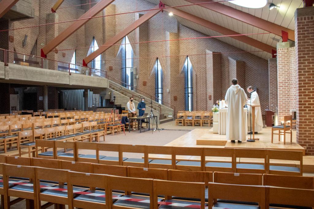 église de Louvain-La-Neuve vidée des fidèles, quelques techniciens et les prêtres sont présents