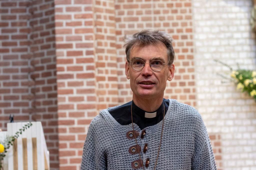 Père sébastien Dehorter dans l'église, debout