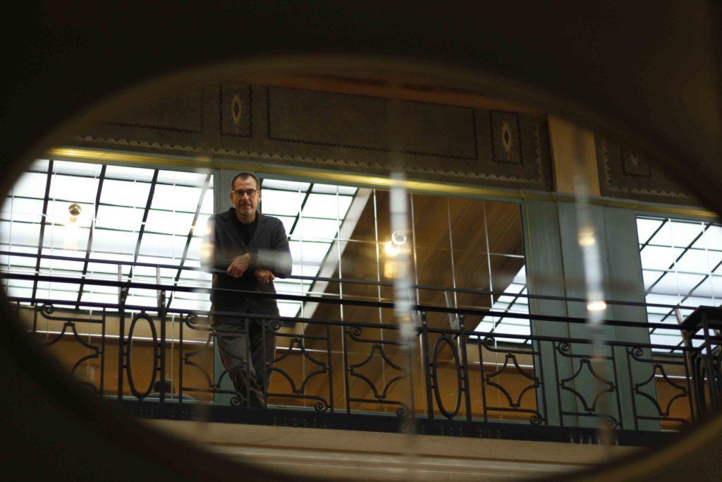 Eric Franssen, directeur du Palace, dans le miroir de la salle de réception.