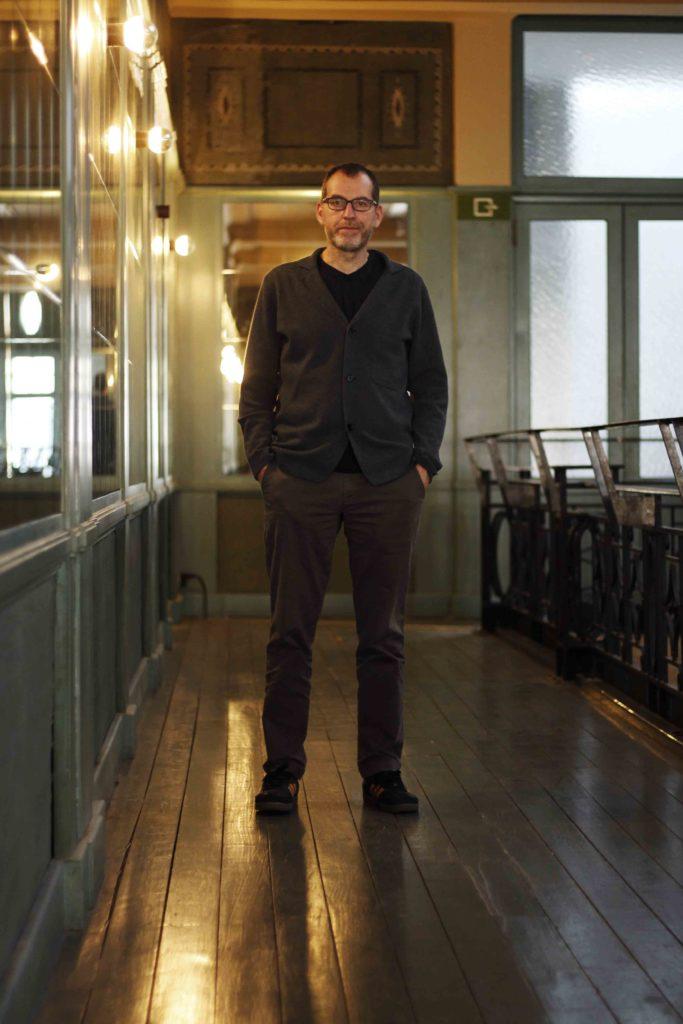 Eric Franssen, directeur du Palace, debout, dans la salle de réception.