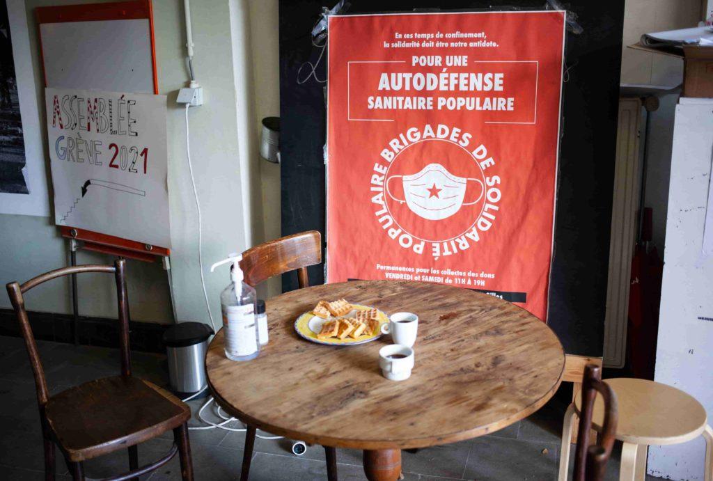 Chaises et tables au DK à Saint-Gilles