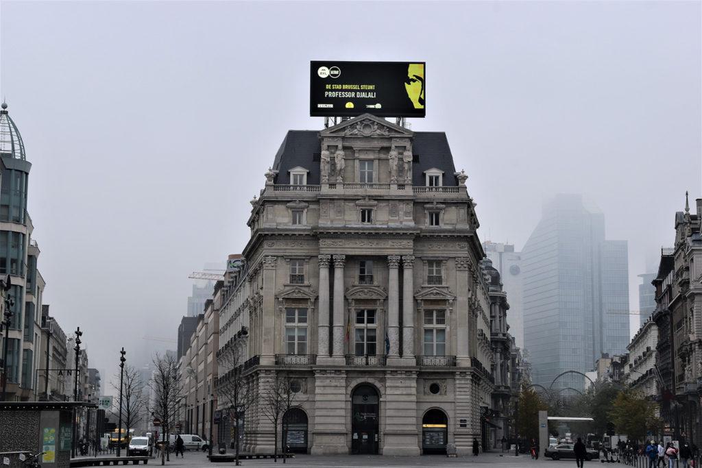 Sur la place De Brouckère, la ville de Bruxelles a tenu à afficher son soutien au professeur Djalali. Son visage recouvre les deux écrans publicitaires de la place.