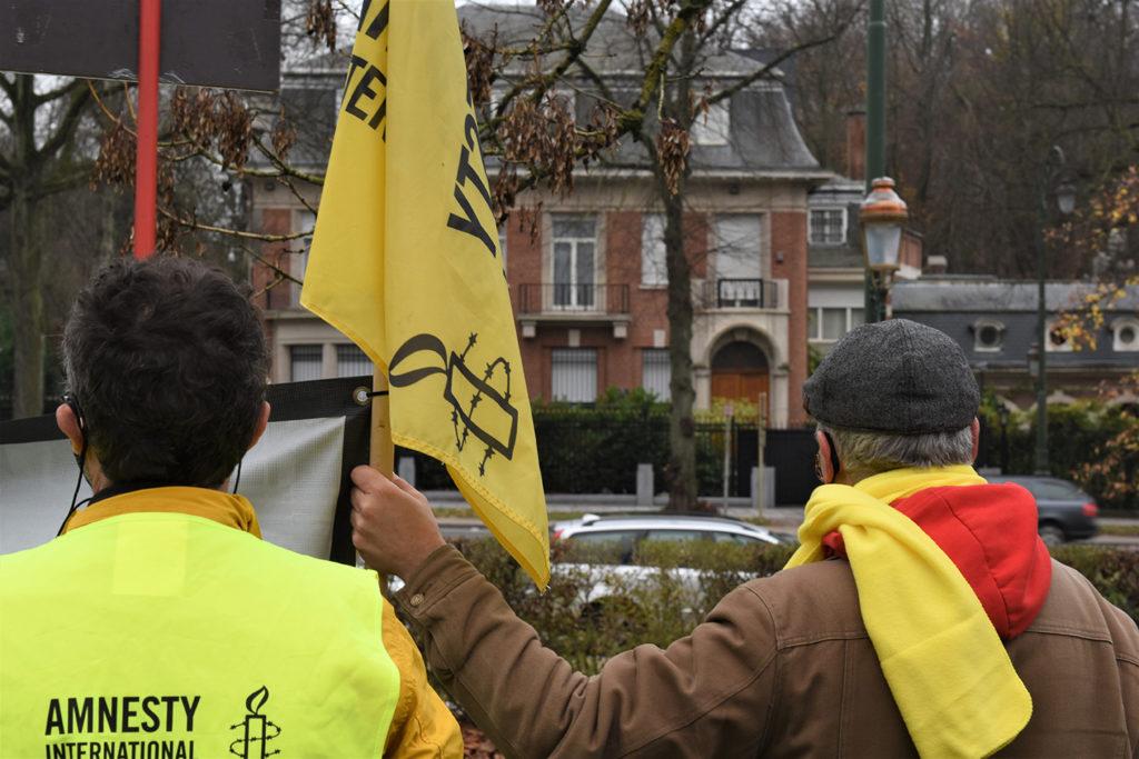 Membres d'Amnesty International face à l'ambassade iranienne. Chacun semble défier l'autre.