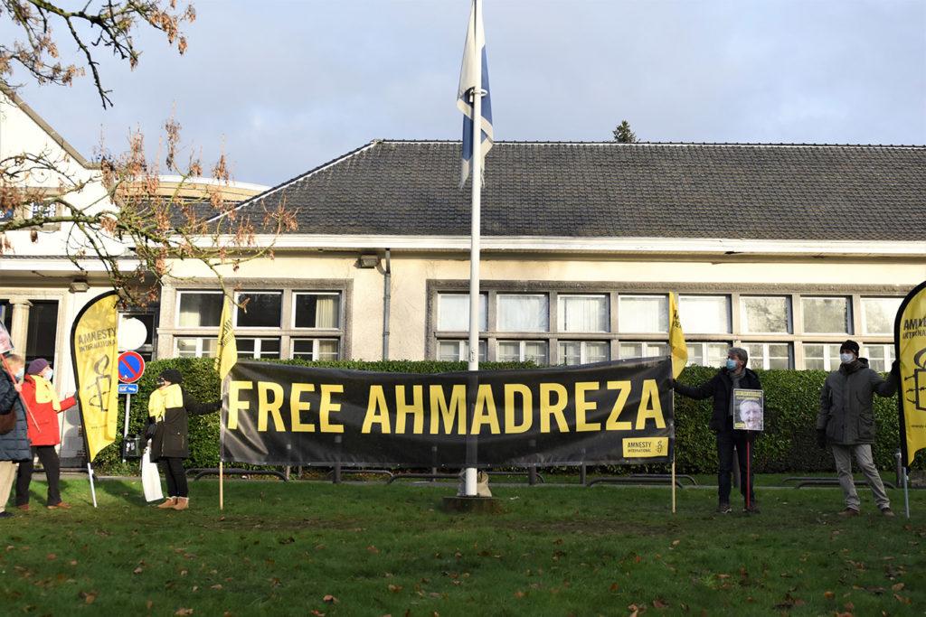 Les militants se sont relayés six heures par jour du 30 novembre au 2 décembre, brandissant pancartes, affiches et banderole face à l'ambassade iranienne