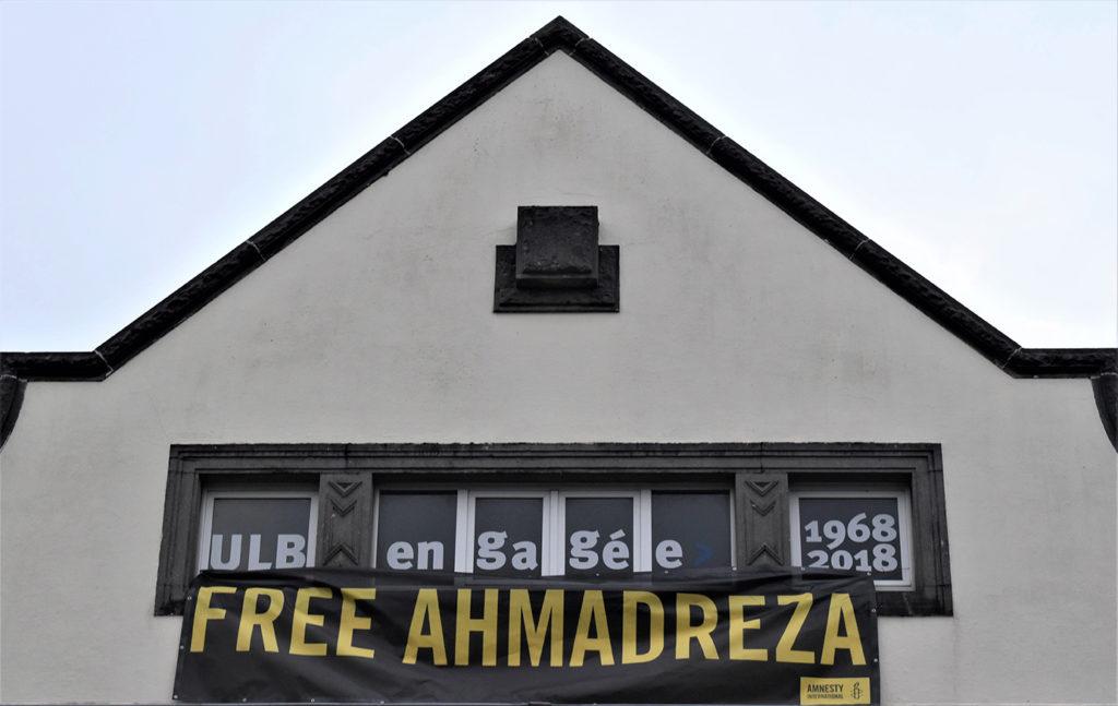 A la fin de l'action, la banderole a été hissée sur la façade de l'ULB, co-organisatrice de l'action.