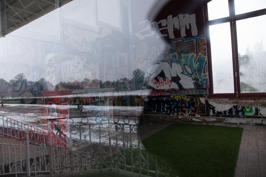 Reflet sur une vitre de la tribune