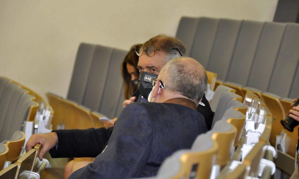 Deux directeurs discutant discrètement dans l'auditoire